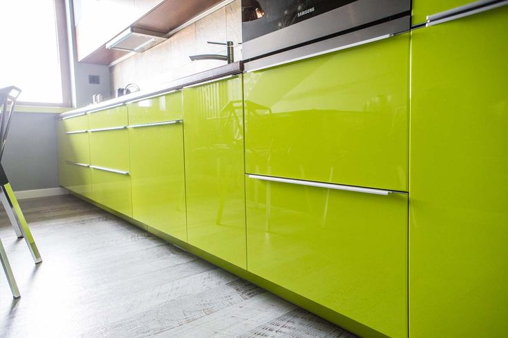 Fronty szafek kuchennych w meblach na wymiar do kuchni w bydgoskim apartamencie. Limonkowe odcienie połączone z szarością i bielą. Doskonałe do stylowych wnętrz.