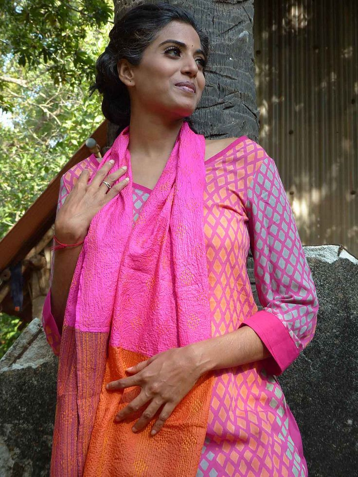 Hand embroidered patchwork stole in silk and cotton - vibrant hues of orange and pink de la boutique TaklaMakanCouture sur Etsy