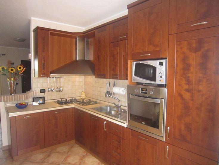 cucina angolare con il fresco colore marrone classico. il posizionamento di un…