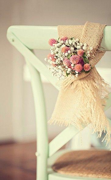 Dos sacos de batata para as grandes festas: a juta também pode ser muito elegante, como neste arranjo com perpétuas e mosquitinho. Cadeira Star Home