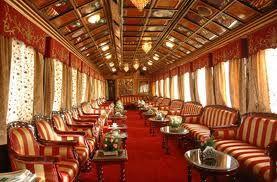Der Lounge Wagen: Spenden Sie einige gemütliche Momente und genießen Sie die wunderschöne Landschaft aus dem Fenster in der Lounge des Palace on Wheels.