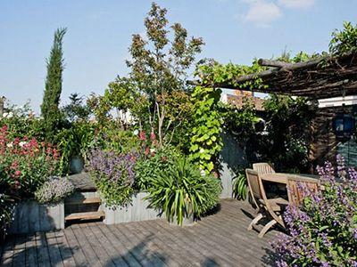 Nous transformons et aménageons vos terrasses, balcons et cours d'immeuble en véritables petits jardins. Pour cela nous utilisons des éléments végétaux et naturels pour créer des espaces de vie quelque soit la taille de l'espace à aménager. Éclairage, arrosage et scénographie… nous nous occupons de tout. Contactez-nous !
