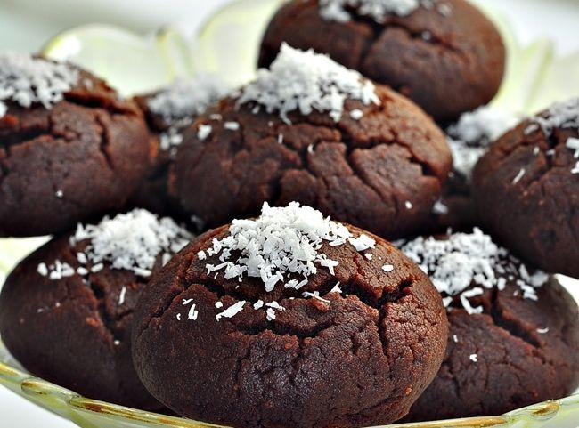 Şerbetli kurabiye Islak Kurabiye Defalarca yaptığım ve çok severek yediğimbu nefisss kurabiyeyii şimdiye kadar niye paylaşmadım bilmiyorum.Neredeyse her blogcunun arşivinde bulunan bir tarif…Ben kız kardeşim almıştım ve o günden beri en sevdiğimkurabiyelerden biri Browni Kek tarifime de buraya tıklayarak bakabilirsiniz. Browni Kurabiye Malzemeleri 2 yumurta 1 pk margarin ( oda sıcaklığında ) Yarım su bardağıRead More