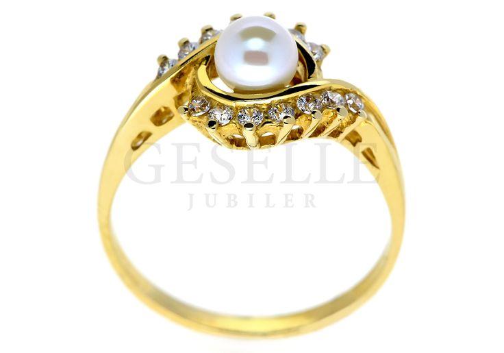 Wyjątkowy pierścionek z prawdziwą perłą hodowlaną w otoczeniu dwóch subtelnych fal cyrkonii | NA PREZENT \ Rocznica ZŁOTO \ Żółte złoto \ Pierścionki od GESELLE Jubiler