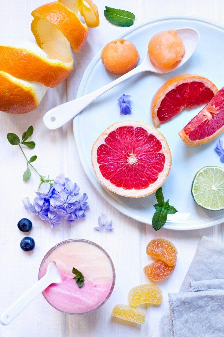 Meloneneis mit Erdbeeren - so einfach ist es selbst gemacht: http://eatsmarter.de/rezepte/meloneneis-mit-erdbeeren