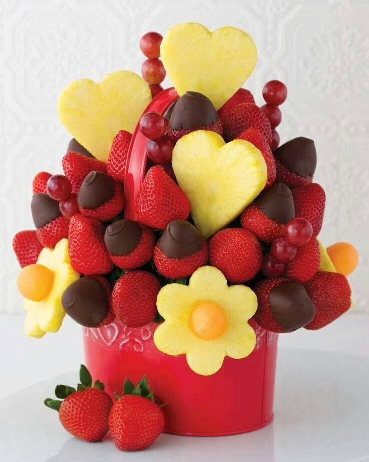 amazing basket! #strawberries #pineapple #chocolate #amazing #basket #food