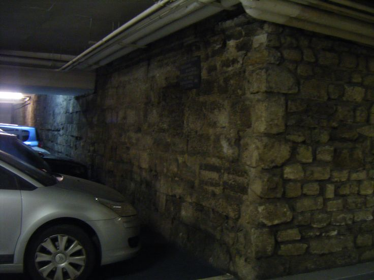 Enclosure Philippe Auguste 2010-07-17 b    The Parking Mazarine , rue de l'Ancienne Comédie (75006) deserves a ranking historical monuments. There is indeed, in the basement, a remainder of the enclosure of Philippe Auguste , the oldest enclosure of Paris. If the vestiges of this enclosure are visible in other places of the capital, this site remains (and by far) the most unusual!