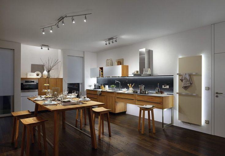 A konyhaszekrény alatt futó LED-szalag a főzés minden fázisában segítséget nyújt.