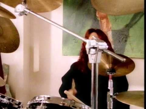 """4 Non Blondes foi uma banda de rock alternativo norte-americana formada em 1989, com Linda Perry (vocalista), Roger Rocha (guitarra), Christa Hillhouse (baixo), Dawn Richardson (bateria). """"What's Up?"""" foi gravada para o seu único álbum de estúdio """"Bigger, Better, Faster, More!"""". Foi escrita por Linda Perry, a vocalista da banda, enquanto que a produção ficou a cargo de David Tickle. A sua gravação decorreu em 1992. Deriva de origens estilísticas de rock alternativo e blues rock."""