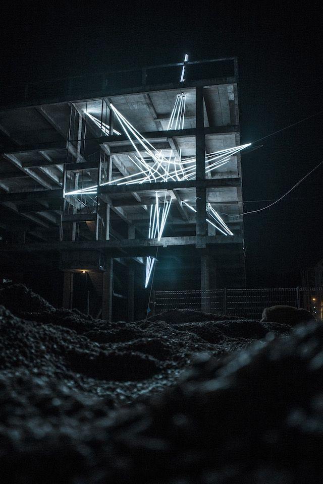 Une énorme étoile en LED coincée dans un immeuble | The Creators Project