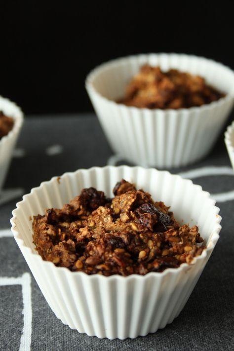 Rugbrødsboller med chokolade  Du skal bruge (til cirka 20 stk.): 2 dl knækkede rugkerner 3 dl havregryn 2 dl rugmel 2 dl frø eller kerner (solsikke, sesam, hør, græskar eller hvad du nu har i køkkenskuffen) 1 spsk honning 2 tsk natron 1 tsk salt 3 dl kærnemælk 200 g mørk chokolade  Fremgangsmåde: Læg rugkernerne i blød i koldt vand i 2-3 timer. Så får du rugkerner med bid i til dine chokoladeboller. Hvis du gerne vil have kernerne blødere, så lad dem ligge længere.  Hak chokoladen, ikke alt…