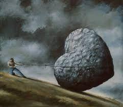 . Ley del sacrificio Siempre hay que renunciar a tres cosas para conseguir algo: la línea de productos (deberá reducirse la gama a la mínima imprescindible), mercado objetivo (hay que olvidar la idea de que hay que atraer a todo el mundo) y el cambio constante (es un error que cada año sea necesario modificar los objetivos).