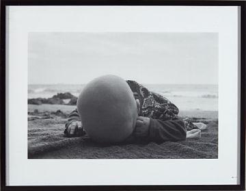 Tom Sandberg, Uten tittel (hode på stranden), 19... / Foto / Nettauksjon / Blomqvist - Blomqvist Kunsthandel