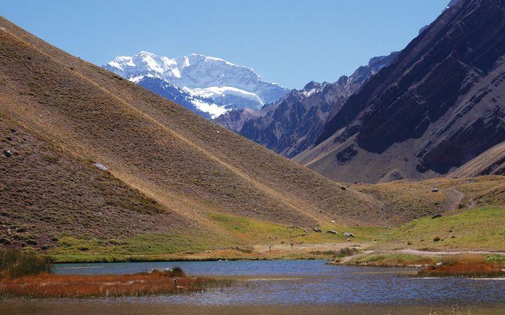El Aconcagua, pico más alto del mundo fuera de Asia, casi 7.000 metros de altura. Mendoza Argentina, se accede desde Ruta 49 via la Ruta 7