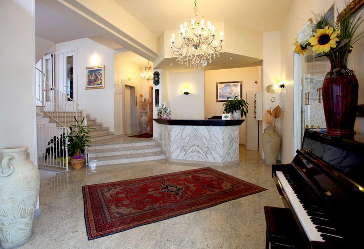 un'altra visuale della nostra reception con un dettaglio del nostro pianoforte! un pianoforte in funzione per allietare le cene a lume di candela