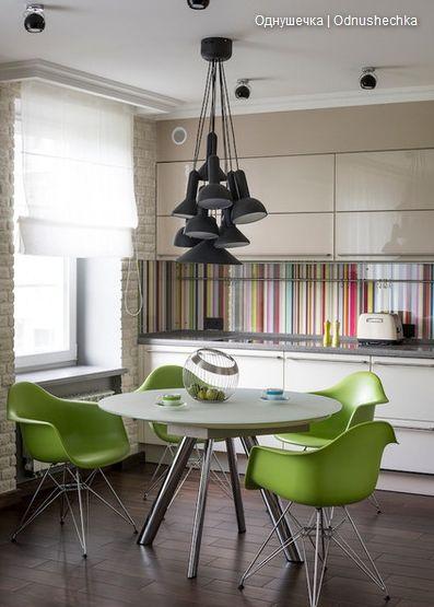 Кухня. Яркий фартук, зеленые стулья, круглый стол, светильник - гроздь