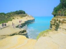 Sand and clay cliffs and strong surf in Sidari. Песчано-глиняные скалы и сильные прибои в Сидари.