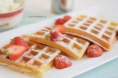 Met dit recept maak je de lekkerste Amerikaanse wafels, heerlijk met slagroom, poedersuiker en verse aardbeien, ontzettend lekker!