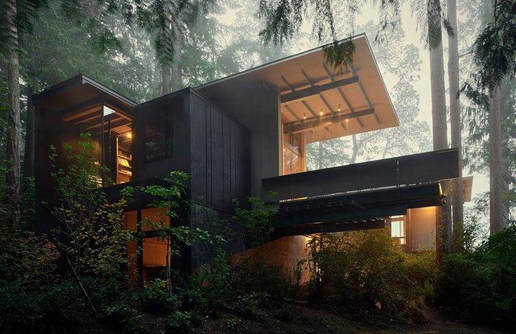 Jim Olson amplía una cabaña ubicada en el bosque de Washington que diseñó y construyó cuando tenía 18