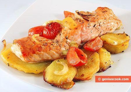 Salmone al forno con patate, cipolle, pomodori
