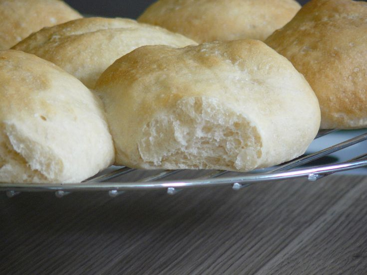 Pour tout ceux qui ne sont jamais rentrés dans une boulangerie un dimanche matin en Belgique, les pistolets sont de petits pains blancs que les belges mangent au petit déjeuner le dimanche matin av…