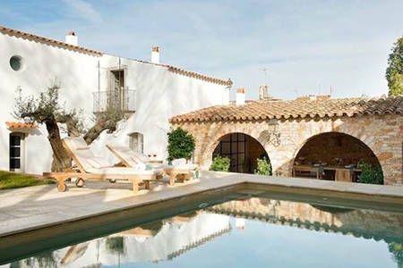 Bekijk deze fantastische advertentie op Airbnb: Preciosa casa de pueblo con piscina in Begur