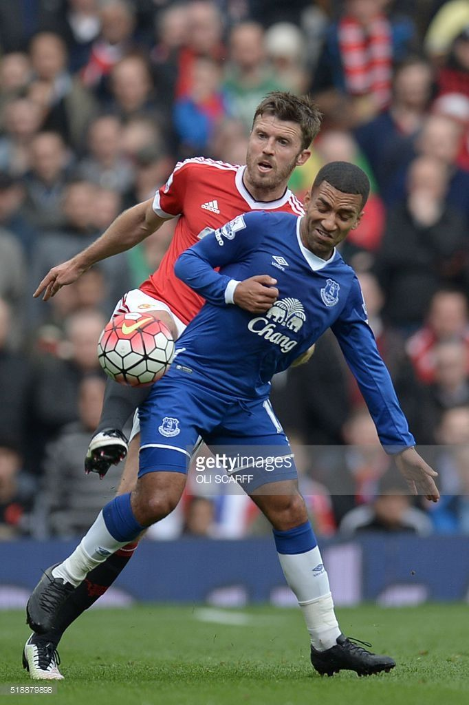 Manchester United's English midfielder Michael Carrick (L) battles with Everton's English midfielder Aaron Lennon (R) during the English Premier League football match between Manchester United and Everton at Old Trafford in Manchester, north west England, on April 3, 2016. / AFP / OLI SCARFF / RESTRICTED TO EDITORIAL USE. No use with unauthorized audio, video, data, fixture lists, club/league logos or 'live' services. Online in-match use limited to 75 images, no video emulation. No use in…