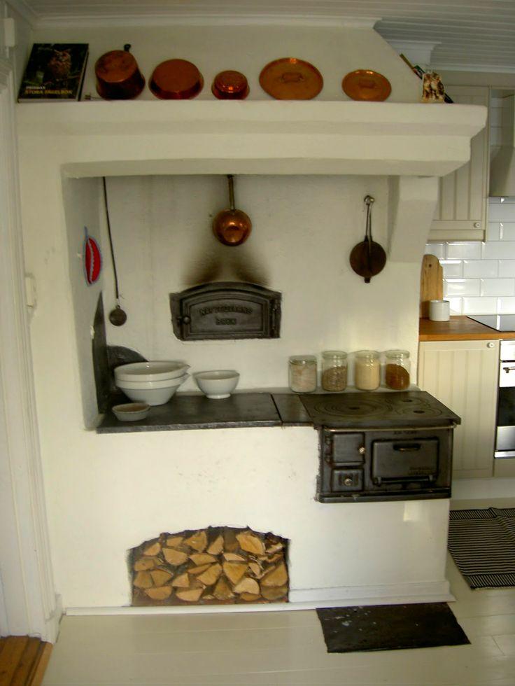 Old style Swedish kitchen. Ik wil ook een pizzaoven in mijn keuken.