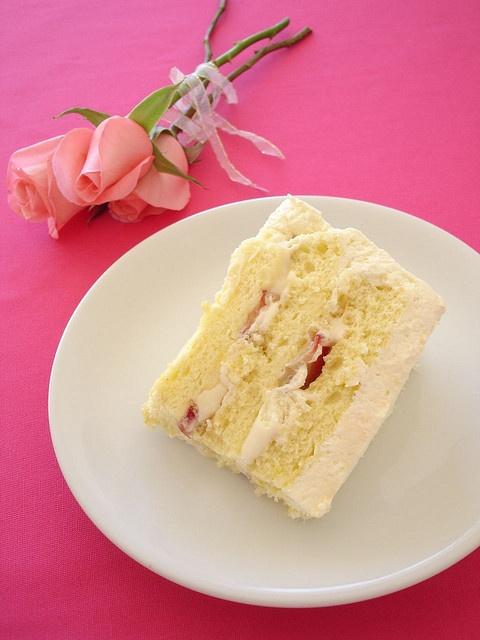 Triple lemon chiffon cake with strawberries for my little sister's birthday / Bolo chiffon triplo de limão siciliano com morangos by Patricia Scarpin, via Flickr