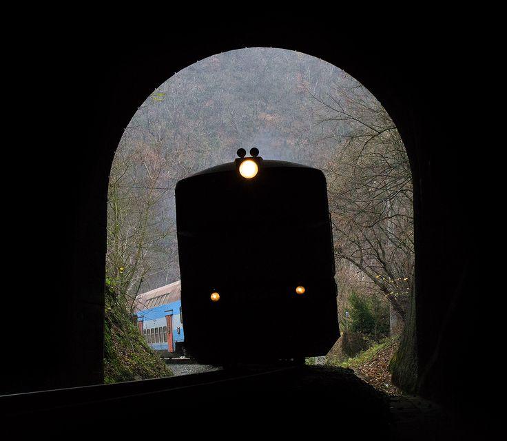 Bardotka s patráky vjíždí do tunelu.