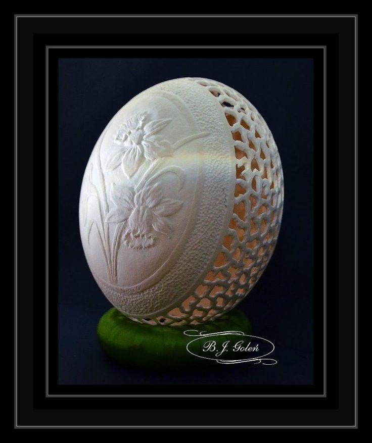 Rzeźbiona pisanka strusia - żonkile - autor Bogusława Justyna Goleń Polska - Egg-art - carved egg