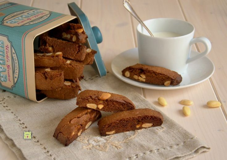 I tozzetti nutella e mandorle (o crema di nocciole di vostro gusto) sono dei deliziosi biscotti facili da preparare perfetti in ogni momento della giornata.