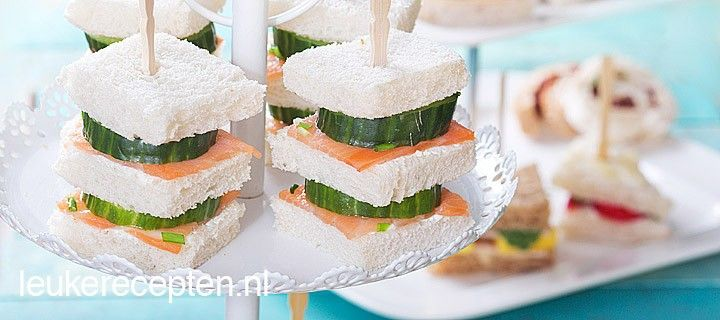 Leuke mini brood stapeltjes met komkommer, zalm en zuivelspread