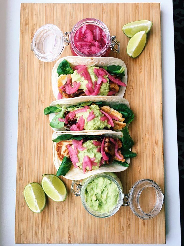 Tacos i all ära men denna variant toppar nog allt i tacosvärlden. Blandningen mellan halloumi, guacamole, picklad rödlök, bbq-marinerade champinjoner och lime kan vara något utöver det vanliga. Ingredienser: (4 port) 1 förp. halloumi 10 stora champinjoner 2 avokado sallad 1 lime 1 burk picklad rödl