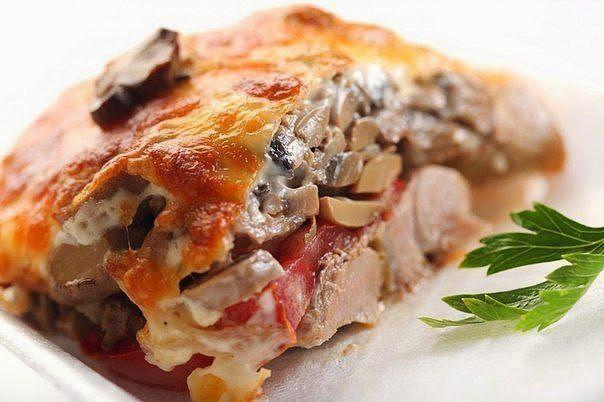Мясо по-купечески с грибами Свинина (карбонат) - 4 кусочка, грибы замороженные или свежие - 150-200 гр, помидор - 1 шт, сыр - 200-250 гр, майонез, соль, специи - по вкусу.