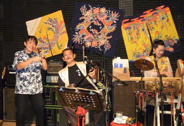 Live at ゆうな(石垣島)! 今晩は調子にのってさんば(ブラジルの踊りではなく、三板=カスタネットみたいなもの)でライブのステージに。
