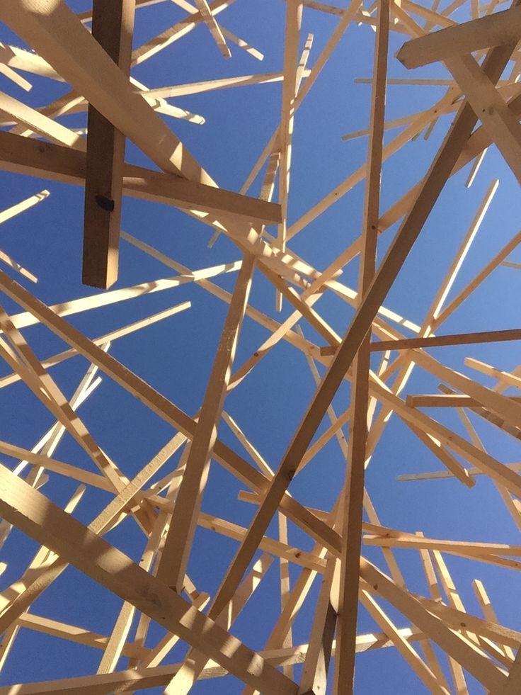 """Un beau ciel bleu vu à travers l'installation """"Paradigme"""" de Mireille Fulpius"""
