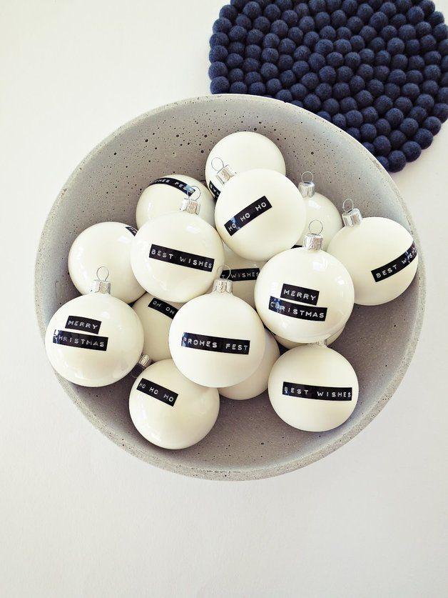Liebgewonnene Tradition im neuen Look - Tradition goes modern...  Diese vier matt-glänzend-weiße Deko-Kugeln bestechen mit schlicht-wirkungsvollem Print! Je eine Kugel ist schwarz verziert mit den...