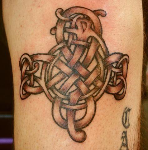 Это татуировка Кельтский узел выглядит удивительным
