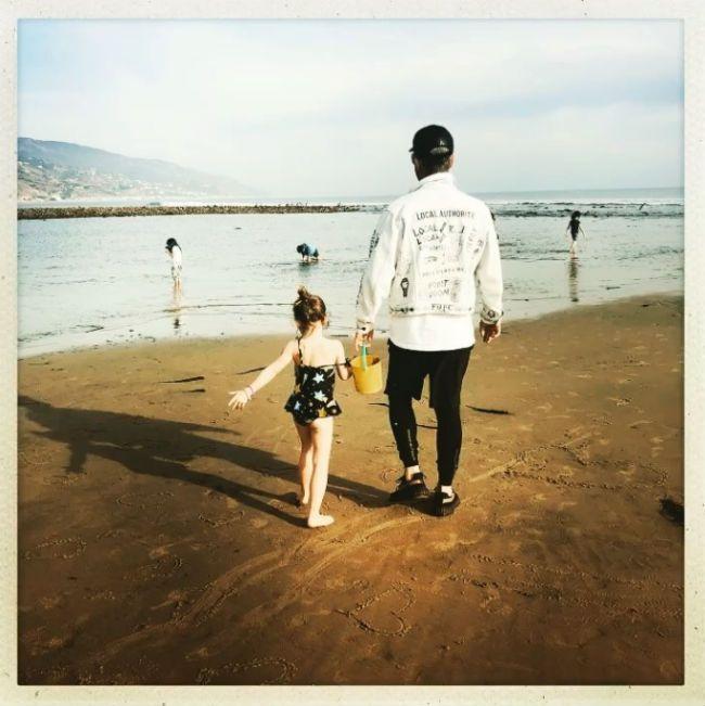 robbie-williams-daughter-teddy-on-beach