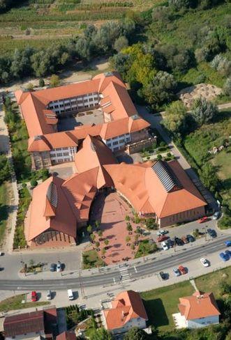 Mézesvölgyi Általános Iskola, Veresegyház benne a Városi Uszoda és Tornacsarnok