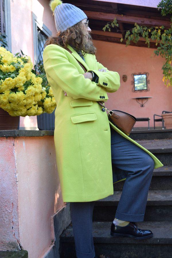 Yellow casual chic Cappotto giallo Banana Republic e pantaloni grigi dal taglio maschile: una sferzata di energia per spazzare via il grigiore invernale e dare femminilità ad un look lievemente androgino.    #fashion #fashionblog #fashionblogger #style #streetstyle #styleblog #styleblogger #italianblogger #italianblog #bananarepublic #churchshoes #yellow #giallo #look #lookoftheday #ootd #outfit #outfitoftheday
