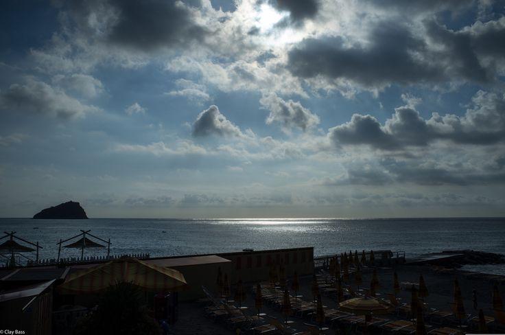 dalla montagna passiamo al mare... sai perché? perché ho iniziato a processare le foto del mare di agosto e quindi sarò un po' fuori stagione. Questa immagine è praticamente naturale, nel senso che ho solo schiarito leggermente le ombre nella parte inferiore. Spero vi piaccia.