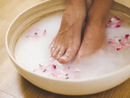 Fußbad bei Stress? Erschöpfung, Unruhe, kalte Füße? Mit der richtigen Wassertemperatur und den passenden Badezusätzen können Sie bei Stress die verschiedensten Alltagbeschwerden lindern oder vorbeugen. Wir präsentieren Ihnen verschiedene Rezeptideen, die Ihnen nach einem anstrengenden Tag viel Ruhe und Entspannung schenken.