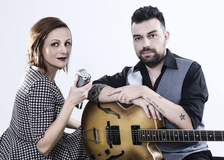 Versão Brasileira: Duo realiza versões de grandes sucessos internacionais. Fazer versões em bossa nova dos grandes sucessos da Música Internacional é a prop