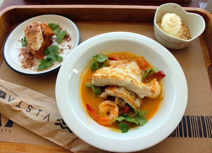 No Vista Café, o almoço funciona assim: pelo preço do principal, escolhe-se também entrada e sobremesa. Na foto, pescada amarela com moqueca de camarão, abóbora assada e paçoca de carne seca; mousse de limão com castanhas