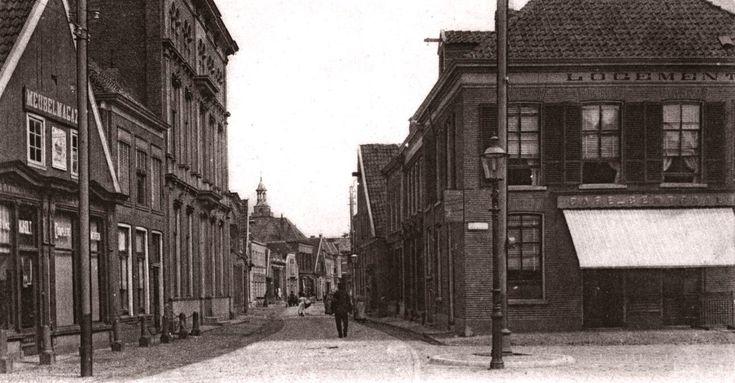 "Almelo, Grootestraat oude eind rond 1900  Hieronder, logement cafe Centraal op de splitsing Grootestraat - Kerkstraat. Links het grote pand ""Bendien met de hoge stoep"" Op de achtergrond nog de torenspits van de oude Georgius kerk"