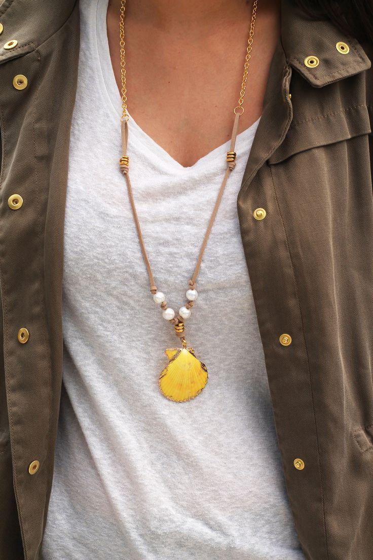 Original collar compuesto por concha natural combinada con perlas, cordón de antelina y cadena dorada. Un must este verano!!