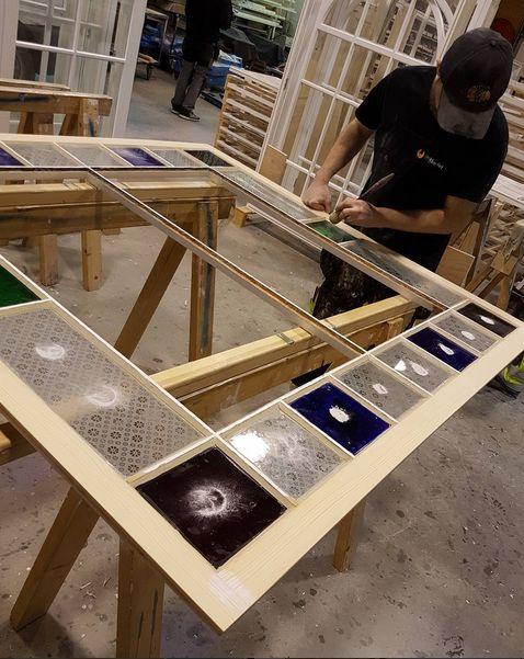 Kritting av kitt før maling :) vindus-rammen er restaurert og yttersiden av rammen er byttet med ny kjerneved furu. Godt over 100 års værslitasje hadde slitt bort mye av kjerneveden. Nå klarer den lett 100 år til ;) #miljø #rent #enkelt #kortreist #naturlig #puster #sveitserstil #herskapelig #snekkerglede #arkitektur #bygningsvern #fortidsminneforeningen #riksantikvaren #byggogbevar #håndtverk #håndverker