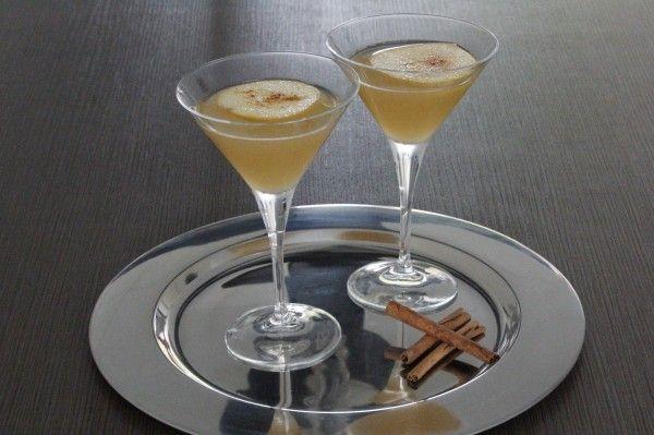 De Cinnamon Apple Jack Martini is een cocktail martini op basis van Jack Daniels. Deze cocktail is zowel lekker voor de heren als voor de dames en past bovendien uitstekend bij het weer. Kortom: ideale cocktail voor de herfst met Jack Daniels, appelsap en kaneel. De kaneelpoeder geeft een mooi effect aan je cocktail. Als je voor het shaken kaneelpoeder erin doet, zie je deze na het uitschenken mooi onderin je glas terugkomen als kleine deeltjes.
